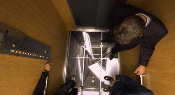 un ascenseur pi g pour faire de la pub pour des crans. Black Bedroom Furniture Sets. Home Design Ideas