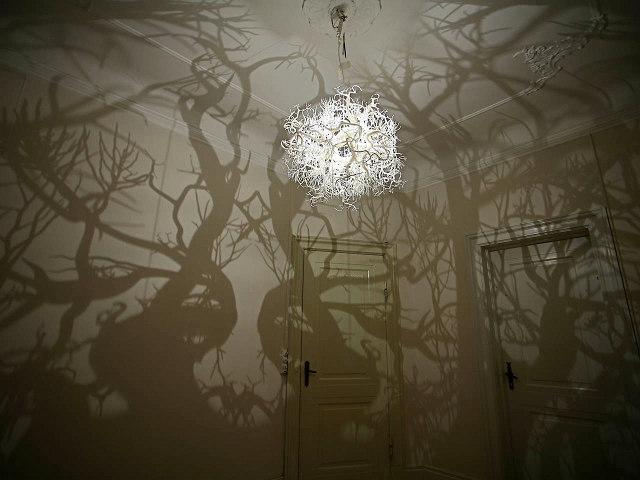 lampe-peur-branche-foret-hanté